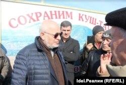 Михаил Федотов и жители поселка Урняк