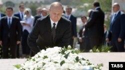 Ресей президенті Владимир Путин Ислам Каримовтің қабірі басына гүл қойып тұр. Самарқанд, Өзбекстан, 6 қыркүйек 2016 жыл.