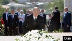 Путин Каримовдун мүрзөсүнө гүл койду.