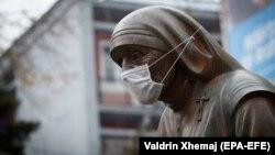Pristinada müqəddəs Terezanın heykəli