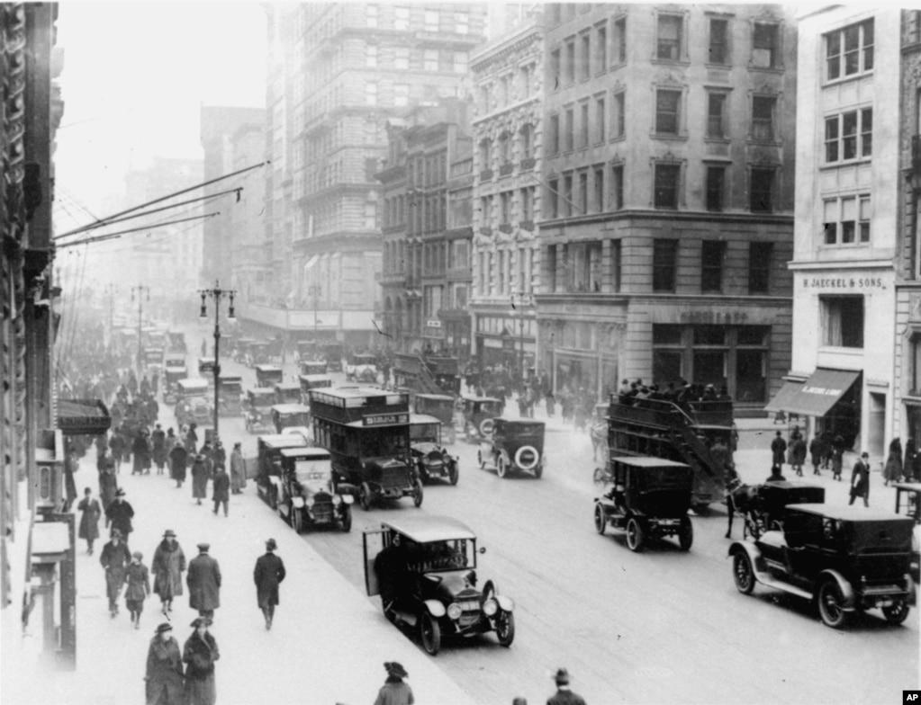 Вид на южную часть 46-й улицы и пятой авеню в Нью-Йорке. Декабрь 1919 года.