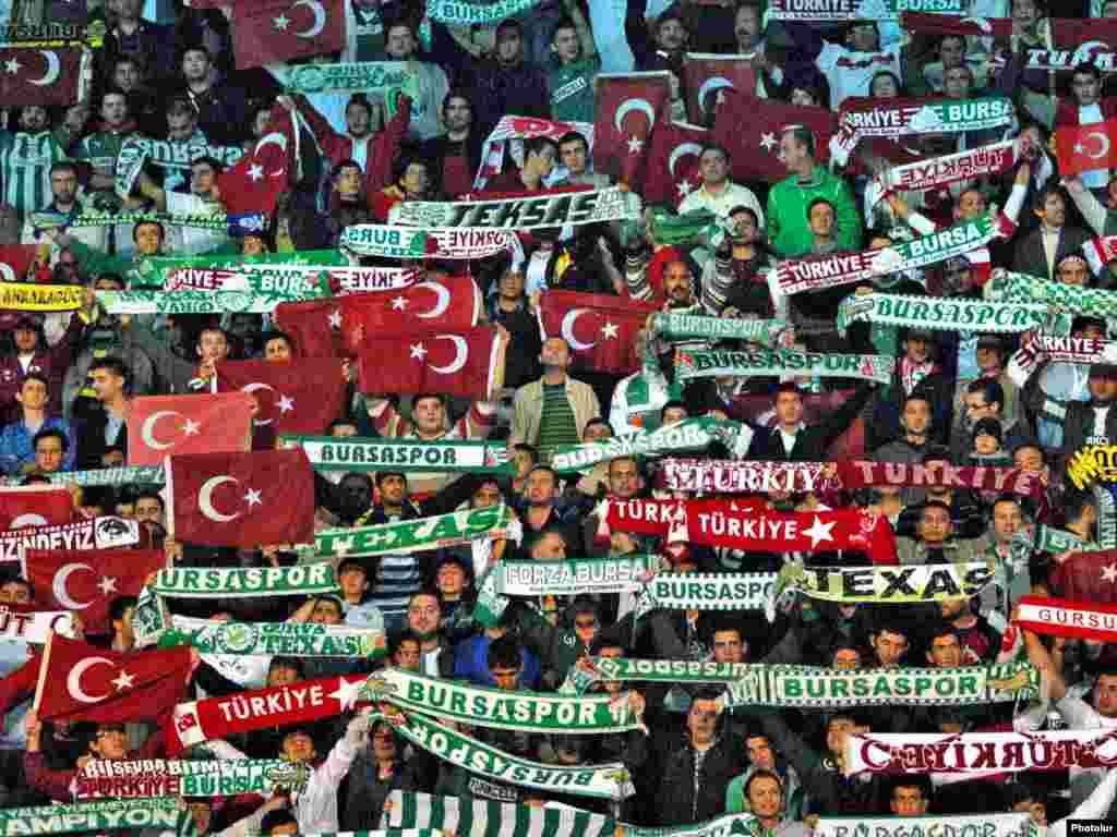 Turska - Navijači 2 - Turski navijači na utakmici sa Armenijom .