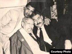 Şiraly Nurmyrat (arkada), şahyr Çary Aşyr (çepde) we aktýor Artyk Jally