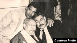 Şiraly Nurmyrat (arkada), ýazyjy Çary Aşyr (çepde) we artist Artyk Jally (Arhiw suraty)
