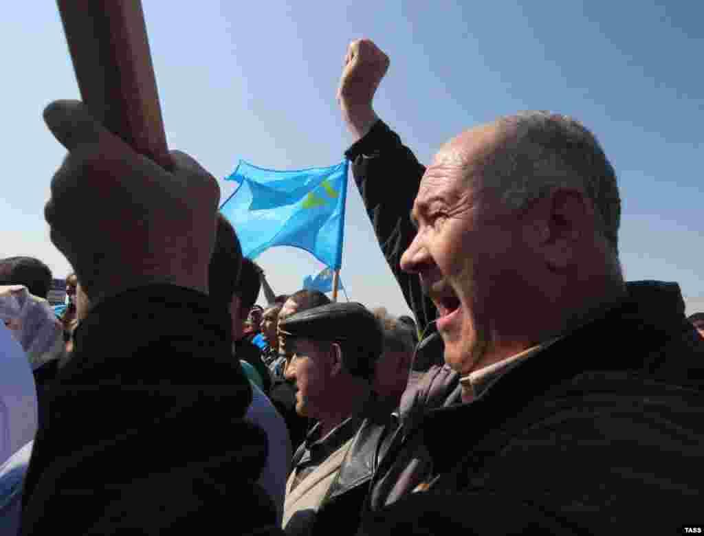 Активисты прибыли несколькими автоколоннами из различных регионов полуострова под национальными крымскотатарскими флагами и государственными флагами Украины на пункт пропуска «Турецкий вал» в Армянске
