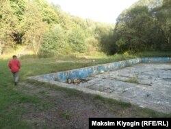 Заброшенный уличный бассейн в поселке