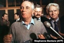 Mihail Gorbacsov szovjet elnök először jelenik meg a katonai puccs után, és újságírókkal beszél vidéki házában, 1991. augusztus 21-én