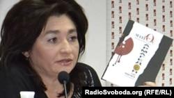 Марія Матіос демонструє свою книжку «Армагедон уже відбувся»,