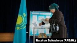 Женщина у избирательной урны. Алматы, 20 марта 2016 года.