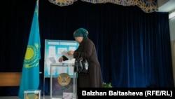 Ses berýän aýal. 206-njy saýlaw uçastogy. Almaty, 20-nji mart, 2016