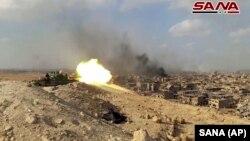 Дейр-эз-Зор провинциясында ұрыс салып жатқан Сирия армиясының танкі. Сирия, қараша 2017 жыл.