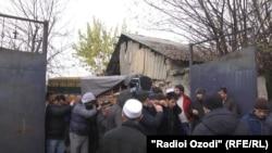 На похоронах таджикистанца Илхомиддина Шоева, скончавшегося в отделении полиции в Москве.