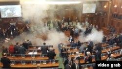 Депутаты покидают зал косовского парламента из-за слезоточивого газа. Кадр записи с камер видеонаблюдения.
