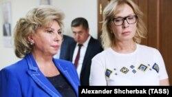 Людмила Денісова (праворуч) стверджує, що домовилася зустрітися з Тетяною Москальковою (ліворуч) в понеділок 14 січня, проте російська омбудсмен «поїхала в термінове відрядження»