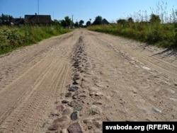 Пачатак вуліцы ў боку кроманьскага лесу. Па гэтым бруку ў Налібакі ўваходзілі партызаны