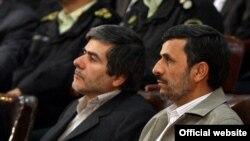فریدون عباسی (چپ) در کنار محمود احمدینژاد در مراسم روز ملی فناوری هستهای در تهران