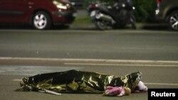 Prekriveno telo jedne od žrtava napada u Nici
