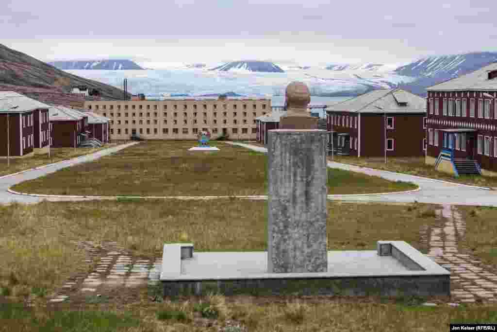 В Пирамиде стоит самый северный памятник Ленину. Он одиноко взирает на просторы архипелага Шпицберген.