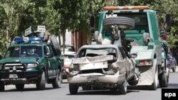 Евакуація решток автомобіля після нападу самогубці, Кабул, ілюстративне фото