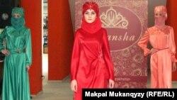 Дизайнер Мира Мырзабаева ұсынған мұсылман әйелдерінің киім үлгілері. Алматы, 9 мамыр 2012 жыл.