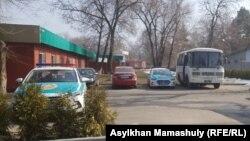 Автомобили и автобус полиции рядом с рестораном, которое указывалось как место проведения съезда новой партии. Алматы. 10 марта 2019 года.