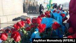 Цвеќиња на споменикот на независноста во Алмати.
