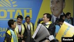 """Активисты президентской партии """"Нур Отан"""" празднуют победу на парламентских выборах. Астана, 16 января 2012 года."""