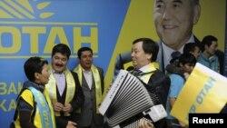 """Члены партии """"Нур Отан"""" отмечают победу на парламентских выборах. Астана, 16 января 2012 года."""