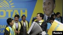 «Нұр Отан» партиясының мүшелері парламент сайлауындағы жеңістерін тойлап жатыр. Астана, 16 қаңтар 2012 жыл. (Көрнекі сурет)