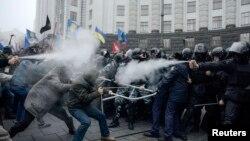 Столкновения демонстрантов с милицией у здания правительства в Киеве