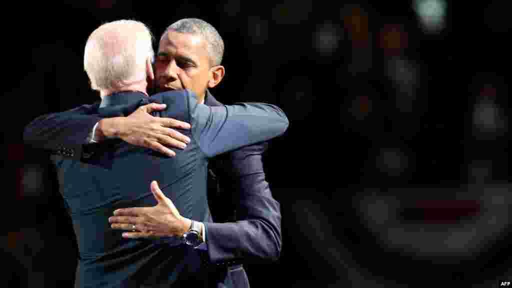 Barack Obama i Joe Biden slave pobjedu, Chicago, 7. novembar 2012. Foto: AFP / Spencer Platt