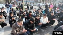 Молитва на улицах Бишкека, апрель 2010 г