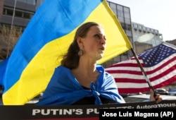 Акція у США проти спотворення дійсності російським телебаченням у висвітленні агресії Росії щодо України. Вашингтон, 11 квітня 2014 року