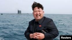 Солтүстік Корея басшысы Ким Чен Ын сүңгуір қайықтан зымыран ұшыруды бақылап тұр. 9 мамыр 2015 жыл.
