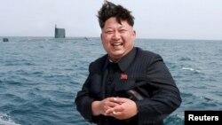 Лидер Северной Кореи Ким Чен Ын наблюдает за испытанием баллистической ракеты подводного базирования. Фото ЦТАК