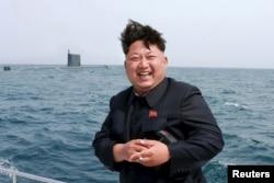 Солтүстік Корея басшысы Ким Чен Ын сүңгуір қайықтан ұшырылатын баллистикалық зымыран сынағын бақылады. 9 мамыр 2015 жыл.