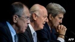 از راست: جای کری، استفان دیمیستورا، نماینده سازمان ملل برای سوریه و سرگئی لاوروف در دریداری در وین، اکتبر ۲۰۱۵