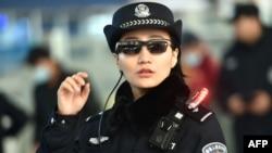 Полицейский в очках с функцией распознавания лиц