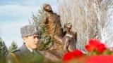 """<p>Кыргыз интеллигенциясынын 1938-жылы атылган 137 өкүлүнүн сөөгү 1991-жылы Бишкектин тоо тарабындагы Чоң-Таш деген жерден табылып, кайра жерге берилүү менен бул жерге """"Ата-Бейит"""" деген ат берилген.</p>"""