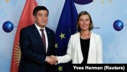Президент Кыргызстана Сооронбай Жээнбеков и Верховный представитель Европейского союза по иностранным делам и политике безопасности Федерика Могерини.