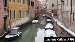 Покрытые снегом лодки в Венеции. Иллюстративное фото.