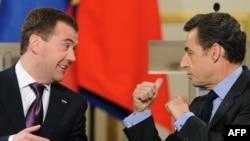 დმიტრი მედვედევი, რუსეთის პრეზიდენტი (მარცხნივ) და ნიკოლა სარკოზი, საფრანგეთის პრეზიდენტი
