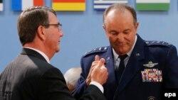 Պենտագոնի ղեկավար Էշթոն Քարթերն ու ՆԱՏՕ-ի զինված ուժերի հրամանատար Ֆիլիպ Բրիդլովը, արխիվ