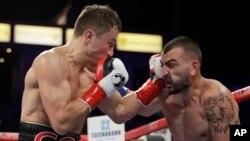 Казахстанский боксер-профессионал Геннадий Головкин (слева) в бою против американского боксера Ванеса Мартиросяна. Карсон, Калифорния (США), 5 мая 2018 года.
