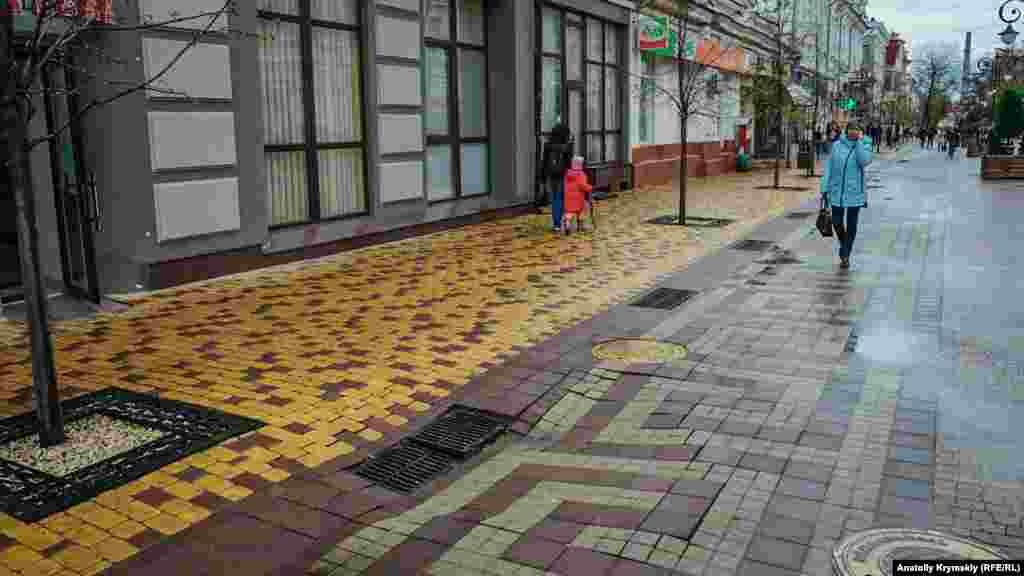 После дождей появилось свежее проседание тротуарной плитки на улице Пушкина, перед «черной» аптекой