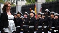 Премьер Сапатеро надеется, что беременность не помешает министру Чакон крепить испанскую оборону