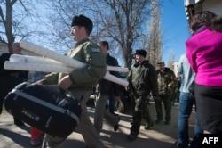 Українські військові залишають частину в селищі Новофедорівка, після штурму проросійськими протестувальниками, 22 березня 2014 року