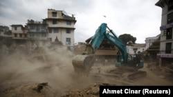У столиці Непалу Катманду розбирають завали після першого, найсильнішого землетрусу, фото 25 квітня 2015 року