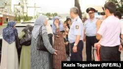 Полиция қамаудағы өзбек босқындардың әйелдерін прокуратура ғимаратына жібермей тұр. Алматы, 9 маусым 2011 жыл