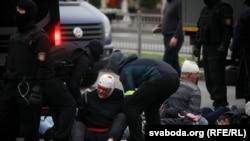 معترضان بازداشت شده از سوی پولیس در مینسک پایتخت بلاروس